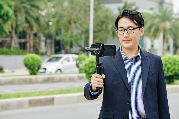 Mann, der video auf smartphone macht