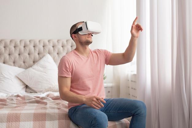 Mann, der videospiele spielt, während er eine virtual-reality-brille trägt