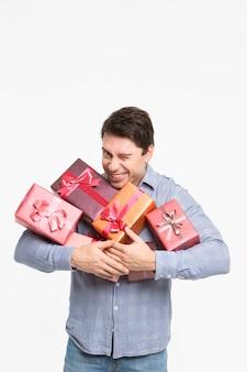 Mann, der viele geschenke hält
