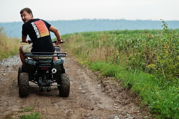Mann, der vierrad-atv-quad-bike fährt.