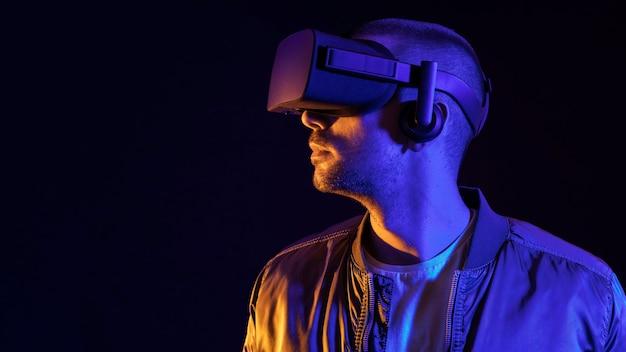 Mann, der virtual-reality-technologie erlebt