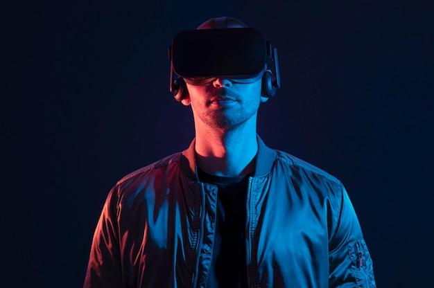 Mann, der virtuelle realität erlebt