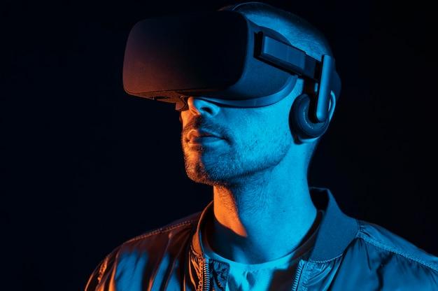 Mann, der virtuelle realität mit brille erlebt