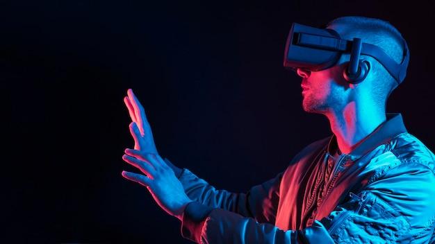 Mann, der virtuelle realität mit gerät erlebt