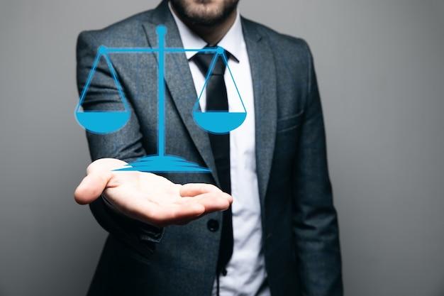 Mann, der virtuelle skalen auf grauer szene hält