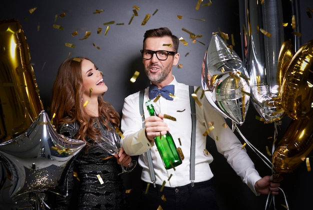 Mann, der vorschlägt, champagner zu trinken