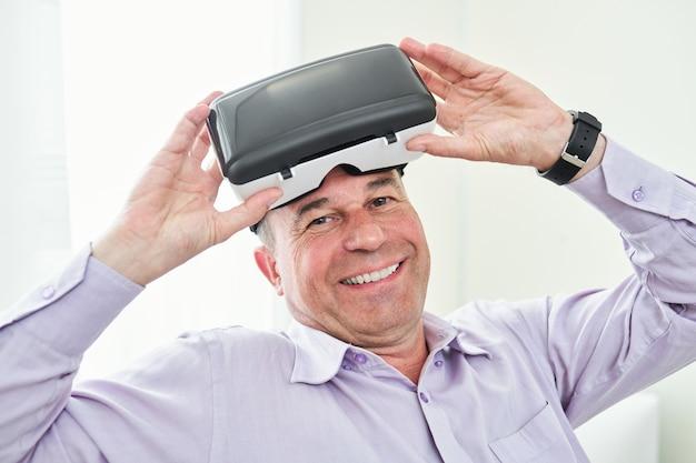Mann, der vr brille abnimmt