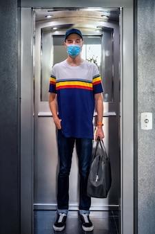 Mann, der während der pandemie auf eine sichere reise geht