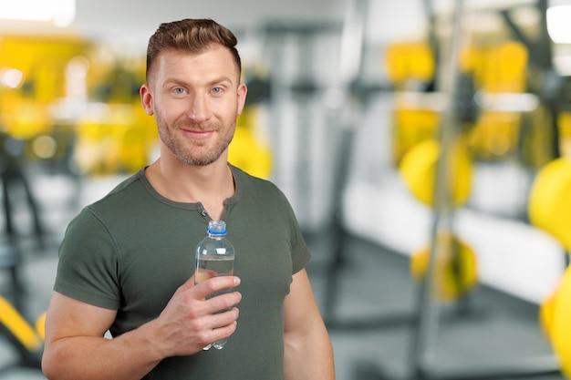 Mann, der wasserflasche hält