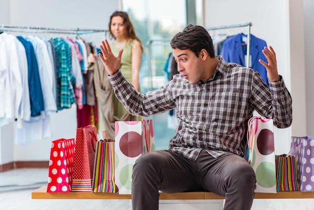 Mann, der wegen des einkaufens in schuld gerät