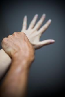 Mann, der weibliche hand in der gewalttat hält
