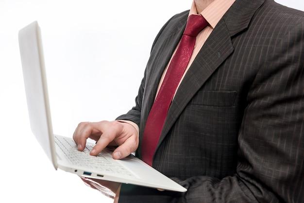 Mann, der weißen laptop hält