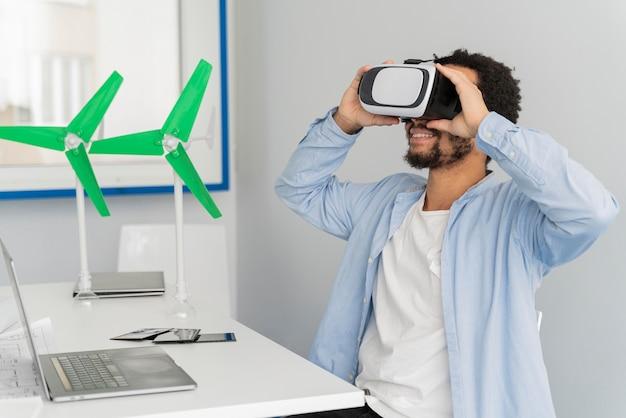 Mann, der windenergie im stil der virtuellen realität erneuert
