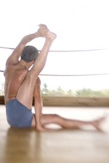 Mann, der yoga übt