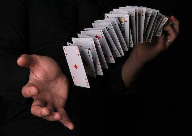Mann, der zaubertrick mit spielkarte macht