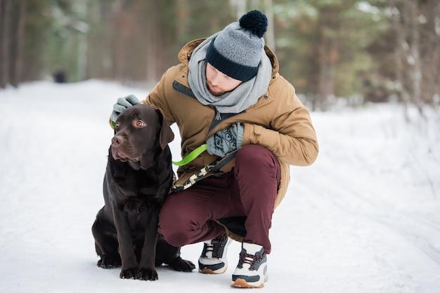 Mann, der zeit mit hund verbringt