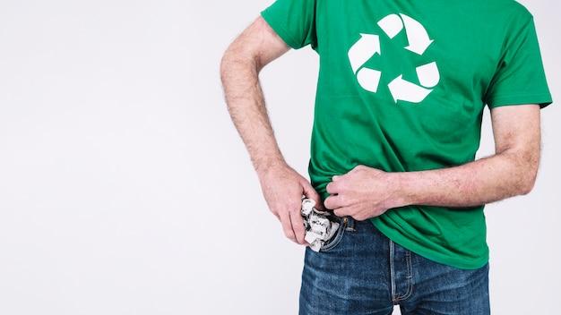 Mann, der zerknittertes papier in seine tasche einsetzt