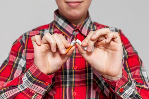 Mann, der zigarette bricht