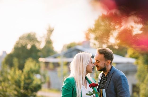 Mann, der zu ihrer schönen freundin am park küsst