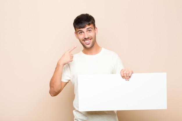 Mann, der zuversichtlich lächelt und auf ein breites lächeln zeigt, positive, entspannte, zufriedene haltung