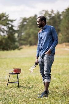 Mann draußen neben dem grill