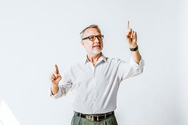Mann drückt seine finger auf einen bildschirm