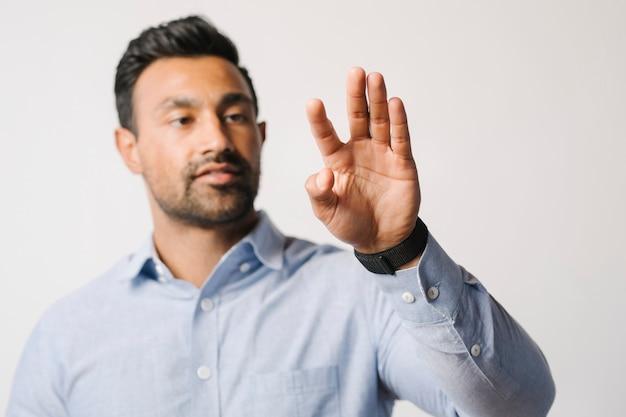 Mann drückt seine handfläche auf einen bildschirm