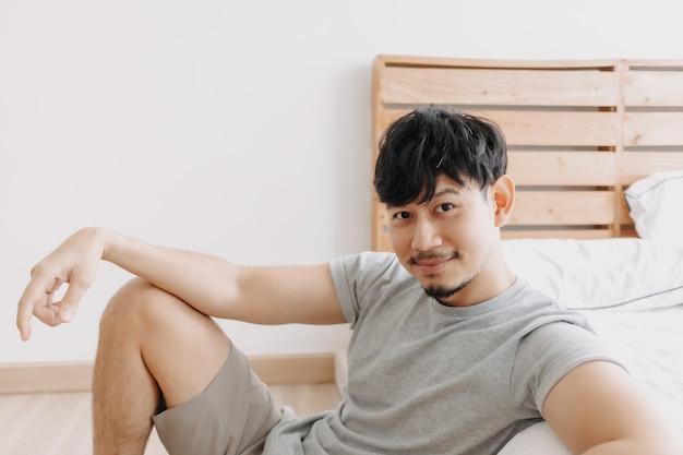 Mann entspannt sich in seiner wohnung, während er in quarantäne zu hause bleibt
