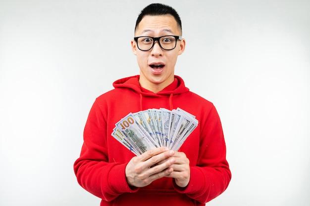 Mann erhielt einen geldpreis auf einem weißen