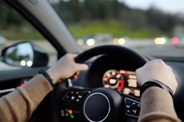 Mann fährt ein auto auf der autobahn