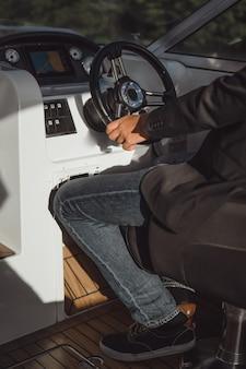 Mann fährt eine private yacht. stockholm, schweden