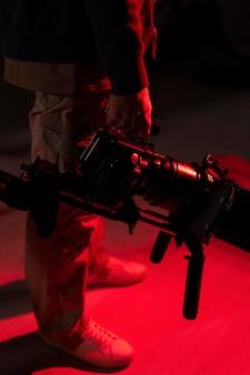 Mann filmt mit einer professionellen kamera für einen neuen film