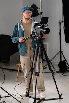 Mann filmt mit einer professionellen kamera