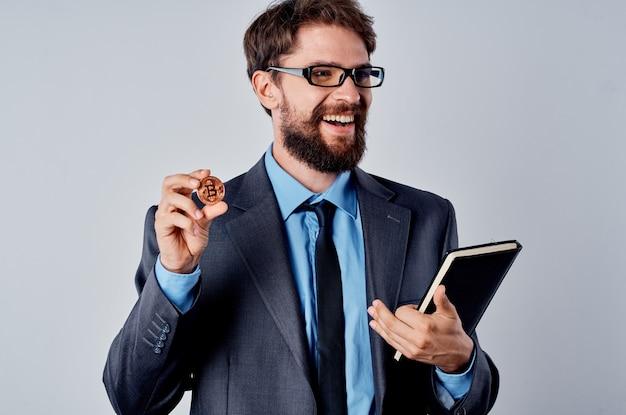 Mann finanzier in einem anzug kryptowährung bitcoin economy elektronisches geld