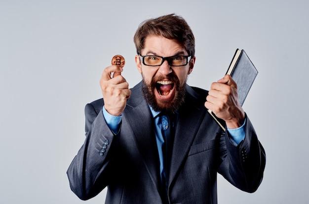 Mann finanzier kryptowährung elektronisches geld virtuelle geldbörse