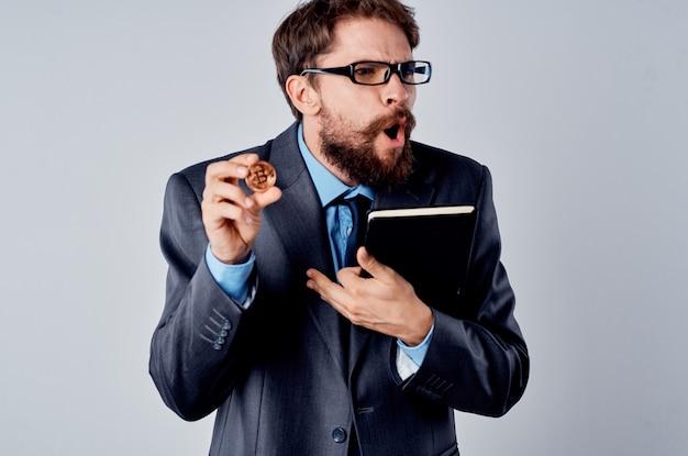Mann finanzier kryptowährung finanztechnologie elektronisches geld