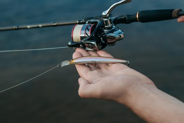 Mann fischer fängt einen fisch