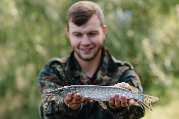 Mann fischer fängt einen fischhecht