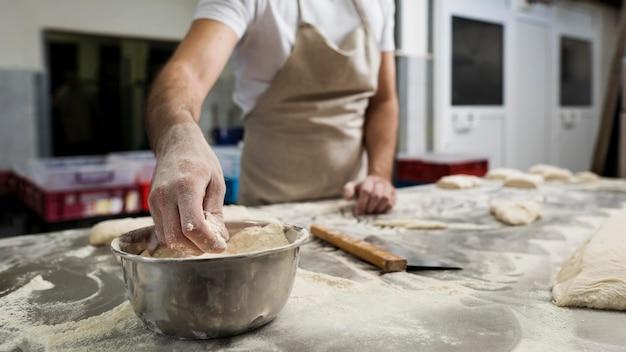 Mann fleißig in einer brotbäckerei