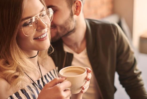 Mann flirtet mit freundin in café-bar