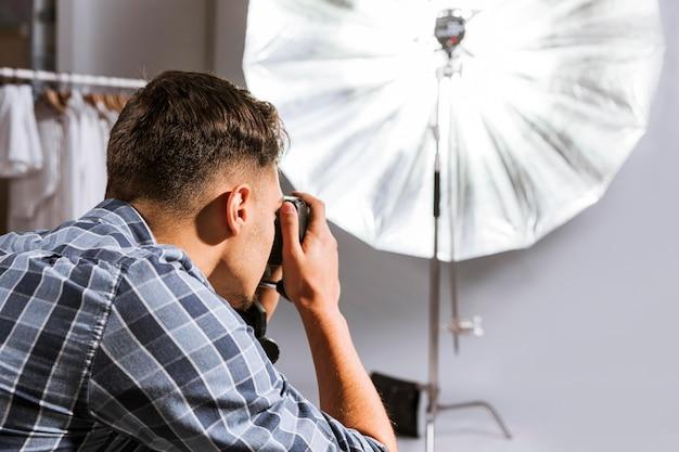 Mann fotograf, der ein foto macht