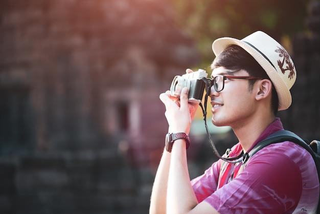 Mann fotograf reisender