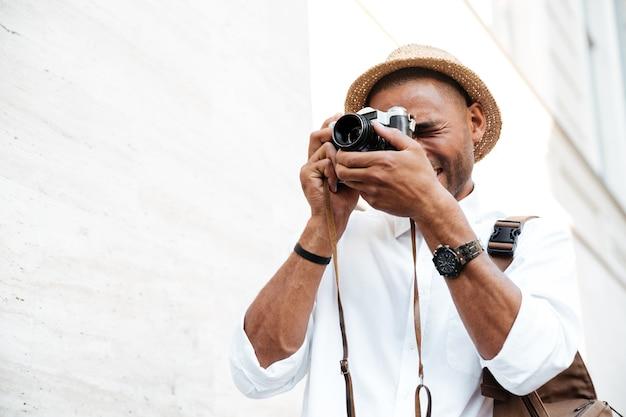 Mann fotografiert auf der straße