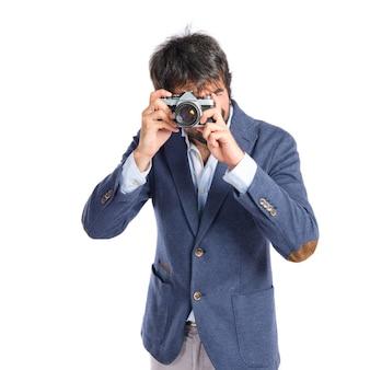Mann fotografiert über weißem hintergrund