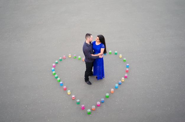 Mann fragt seine freundin, ob sie ihn heiraten will