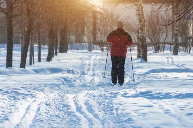 Mann frau auf skifahren im winter in einem park an einem frostigen tag.