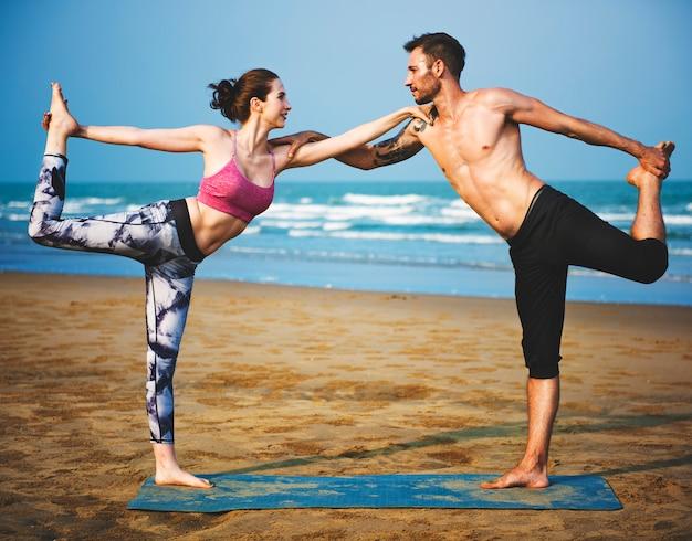 Mann-frauen-yoga, das eignungs-konzept hält