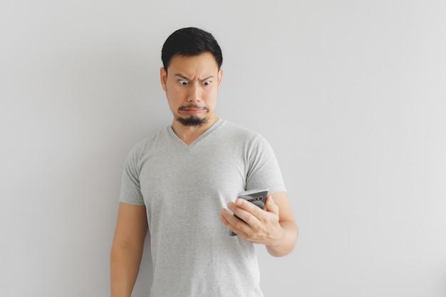 Mann fühlt sich hass und angewidert, was auf dem smartphone zeigen.