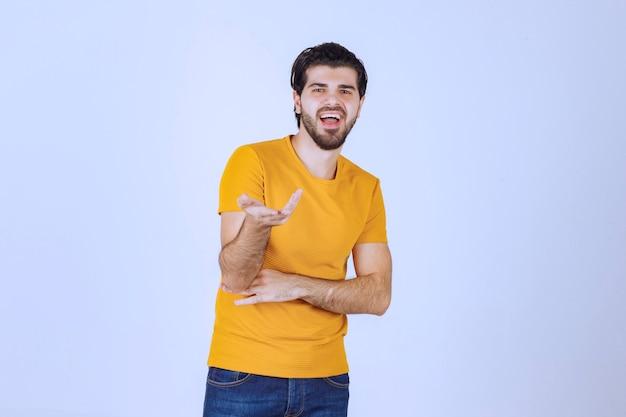 Mann fühlt sich positiv und gibt lächelnde posen