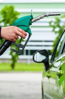 Mann füllt sein auto mit benzin auf